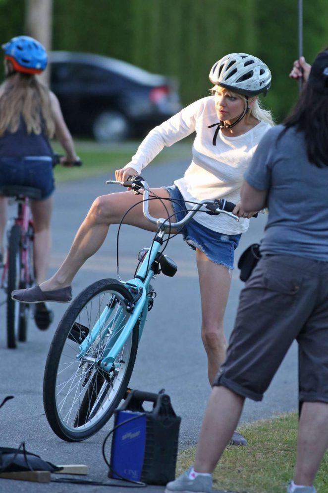Anna Faris rides a bike for a scene in Overboard -07