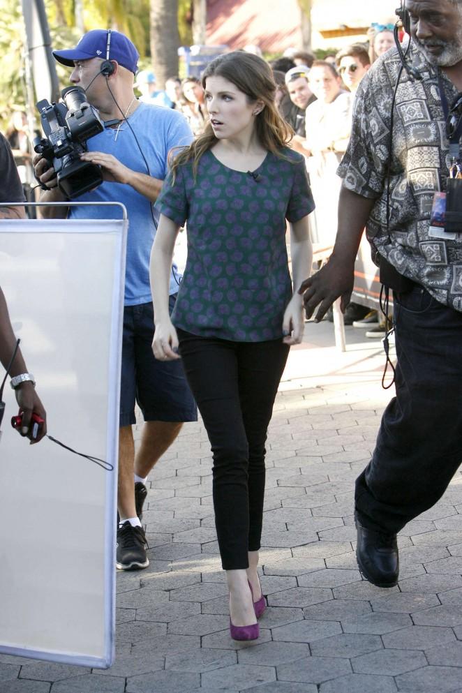 Anna Kendrick on Extra set -13