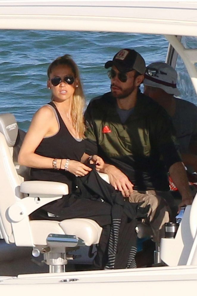 Anna Kournikova and Enrique Iglesias on a boat ride in Miami