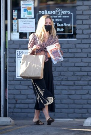 Annabelle Wallis - Shopping at Tailwaggers in Los Feliz