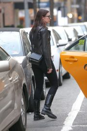 Anne Hathaway and Adam Shulman - Take a cab in NYC