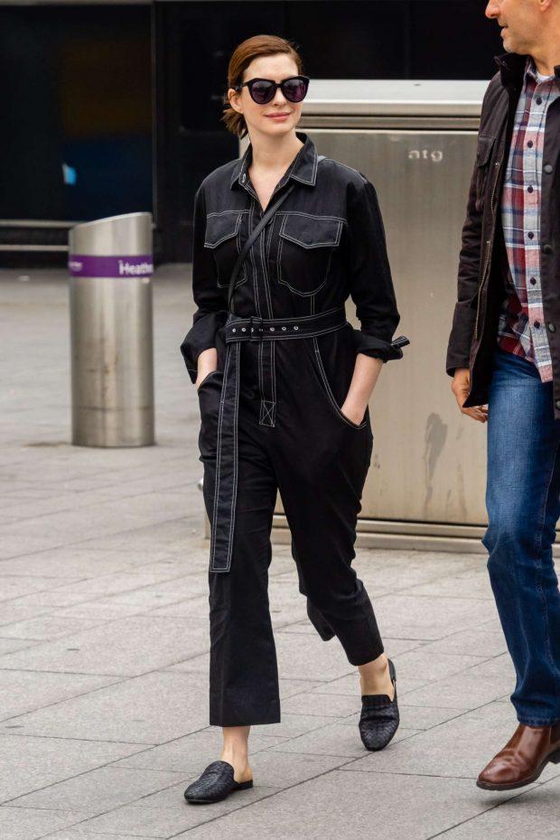 Anne Hathaway at Heathrow Airport -03