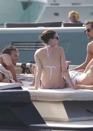 Anne Hathaway in Bikini -25