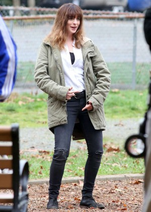 Anne Hathaway - Filming 'Colossal' Movie in Langley