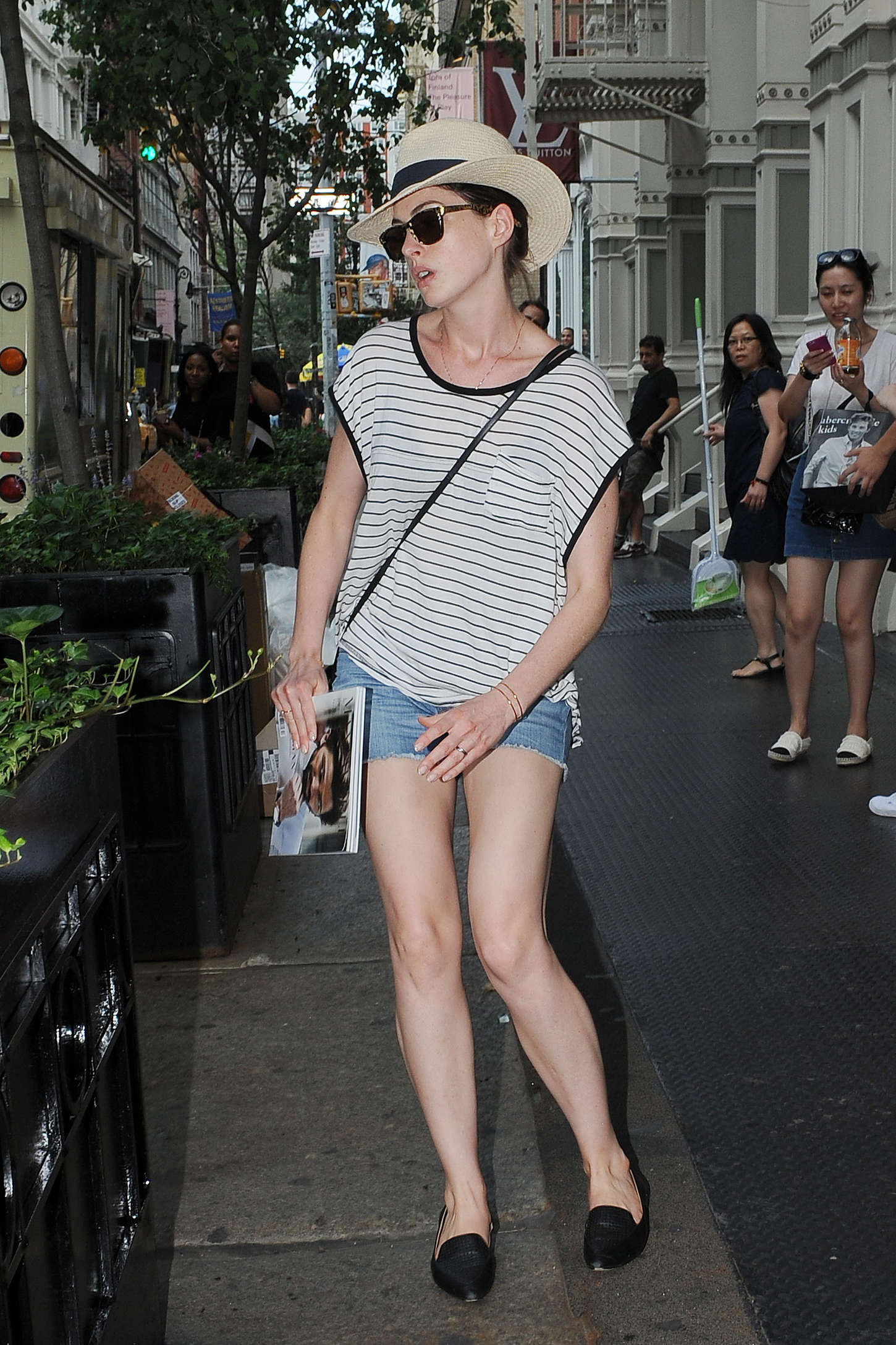 Anne Hathaway In Jeans Shorts Out In Nyc Gotceleb