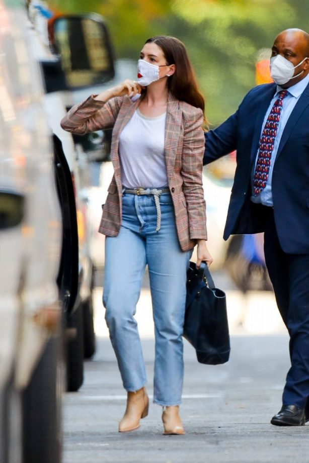 Anne Hathaway - Seen leaving the hair salon in New York City
