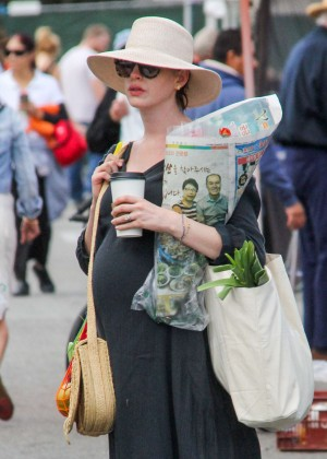 Anne Hathaway - Shopping at local farmer's market in Beverly Hills