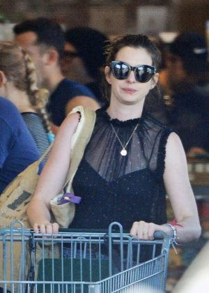 Anne Hathaway - Shopping in LA
