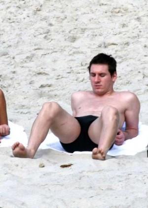 Antonella Roccuzzo hot in bikini -01