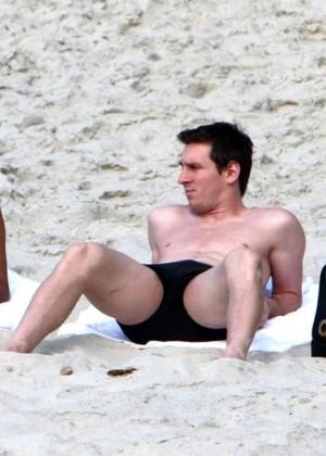 Antonella Roccuzzo hot in bikini -05