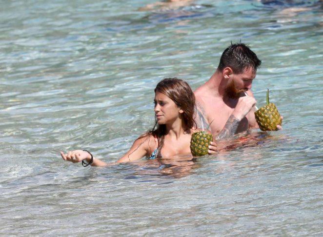 Antonella Roccuzzo: Bikini in Antigua-01