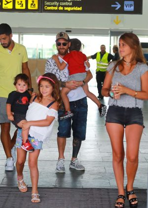 Antonella Roccuzzo in Jeans Shorts Arrives at Barcelona Airport