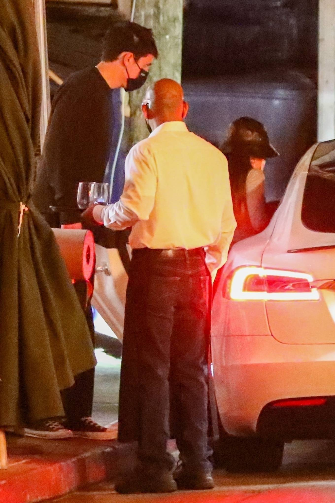 Ariana Grande - Dinner date with fiance Dalton Gomez in Los Angeles