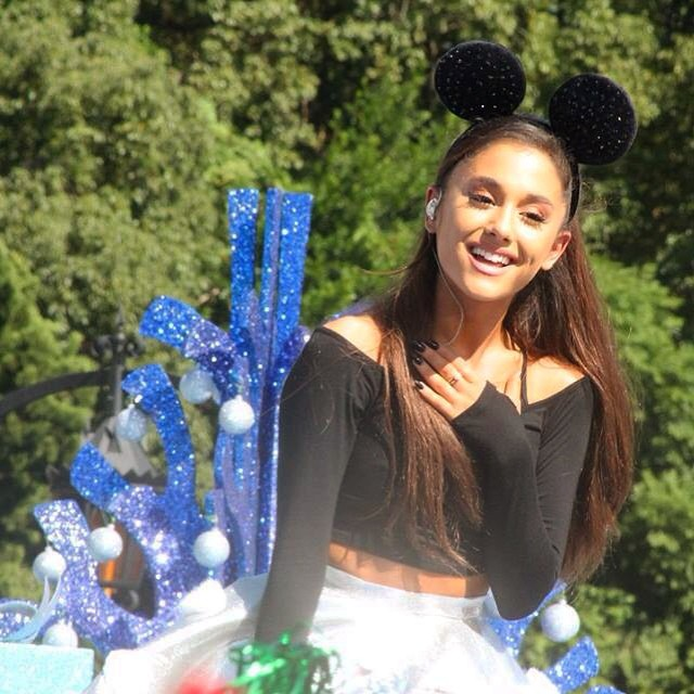 Ariana Grande Christmas Wallpaper: Ariana Grande: Performing At Disney Parks Christmas Parade