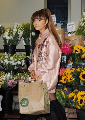 Ariana Grande - Shopping at Whole Foods in Beverly Hills