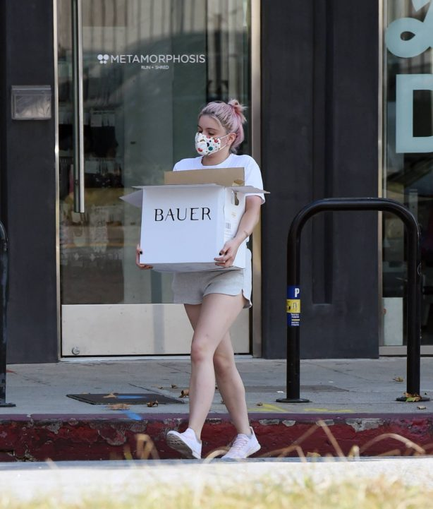 Ariel Winter - Grabs a box from Milkfarm cheese shop in Los Angeles