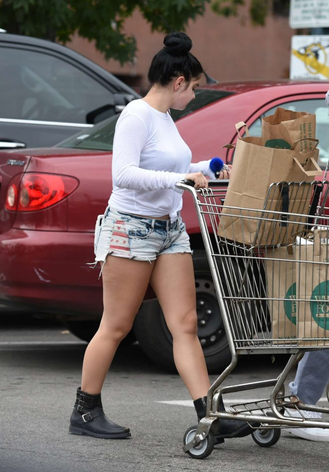 Ariel Winter in Jeans Shorts shopping -07