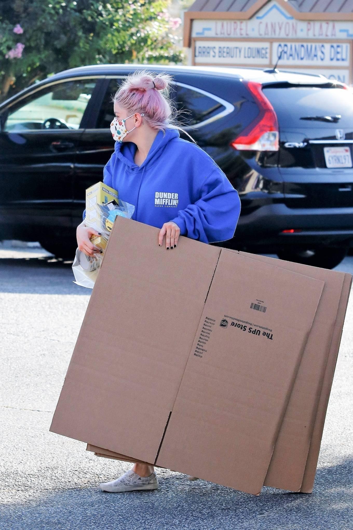 Ariel Winter 2020 : Ariel Winter – Seen at UPS store in Los Angeles-08