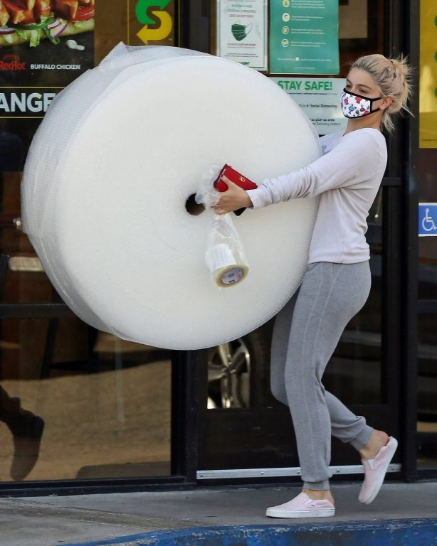Ariel Winter - Shopping candids while out in Los Angeles