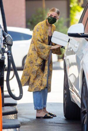 Ashlee Simpson - Fills up her tank in Sherman Oaks