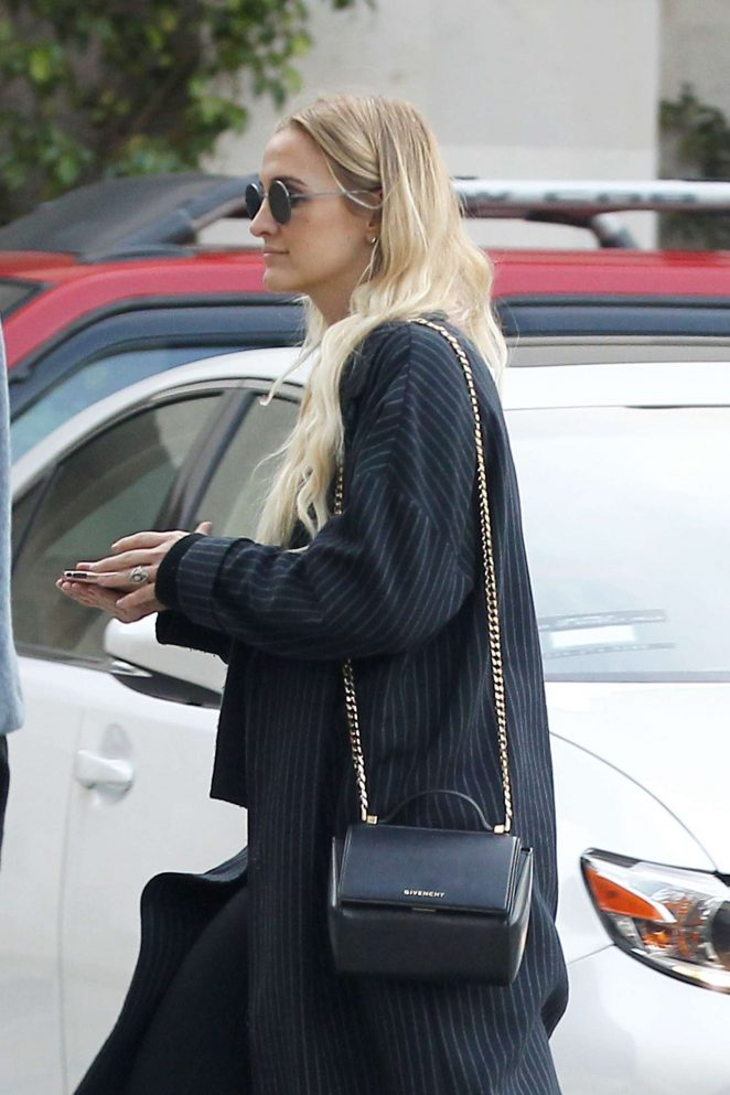 Ashlee Simpson holiday shopping in Los Angeles