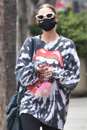 Ashlee Simpson - Rocks Rolling Stones-inspired sweater in Studio City