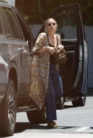 Ashlee Simpson - Steps out for lunch at Katsuya in Studio City