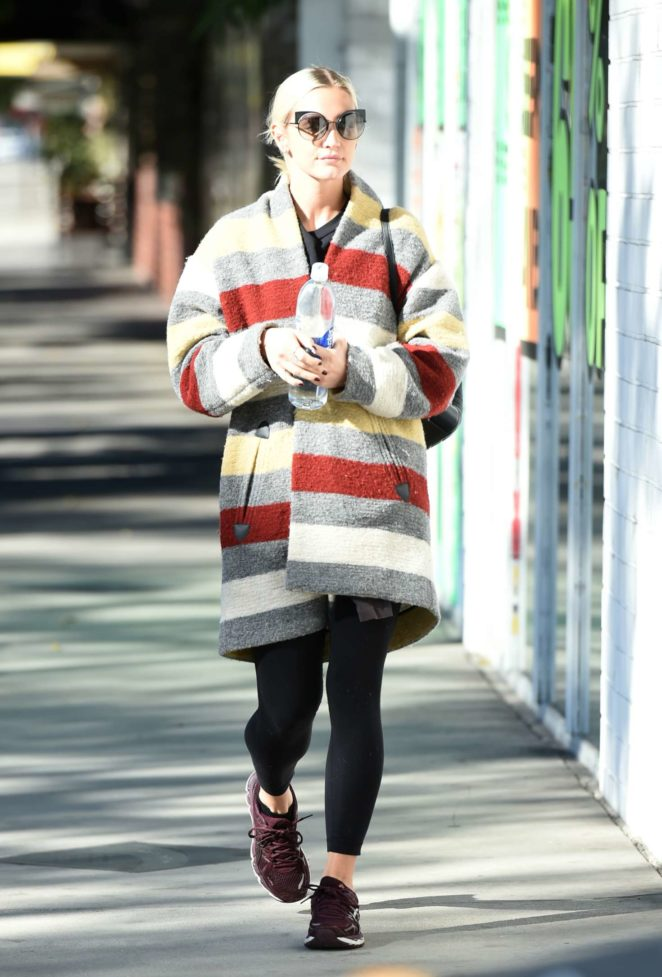 Ashlee Simpson wears a colorful coat to the gym -01
