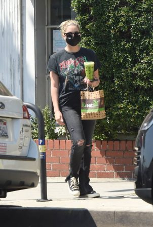 Ashley Benson - Grabs Food To Go in Los Angeles