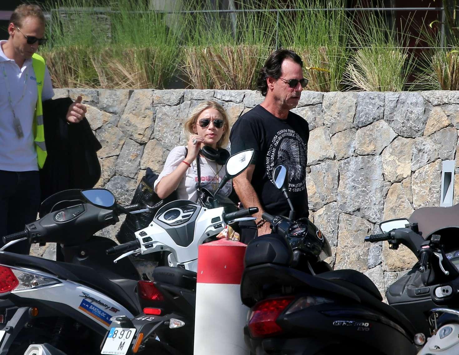 Ashley Olsen 2016 : Ashley Olsen and Boyfriend Richard Sachs in Saint Barts -01
