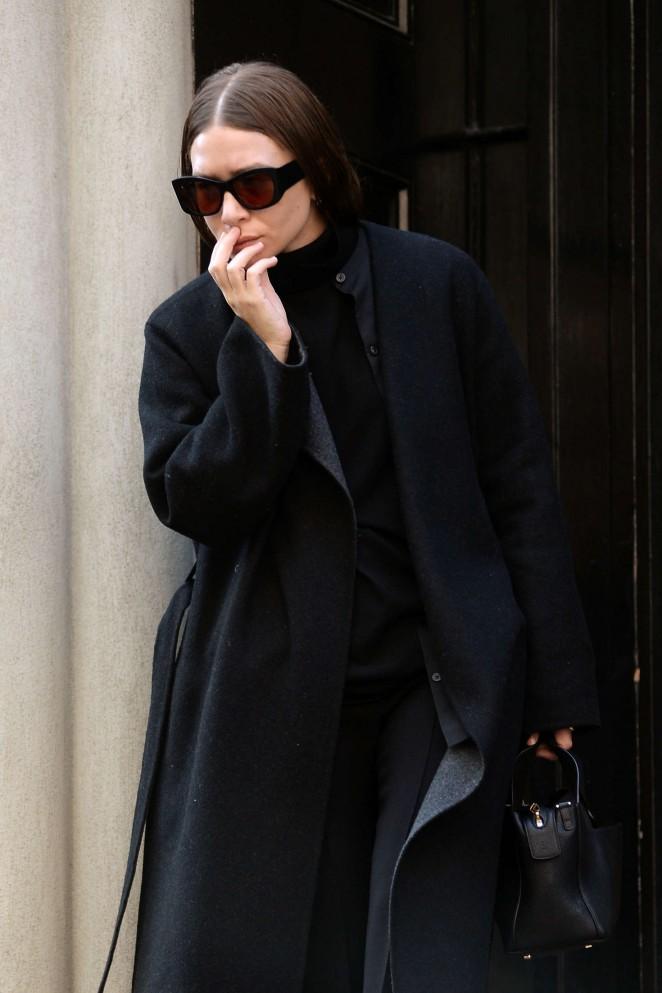 Ashley Olsen - Leaving her apartment in New York