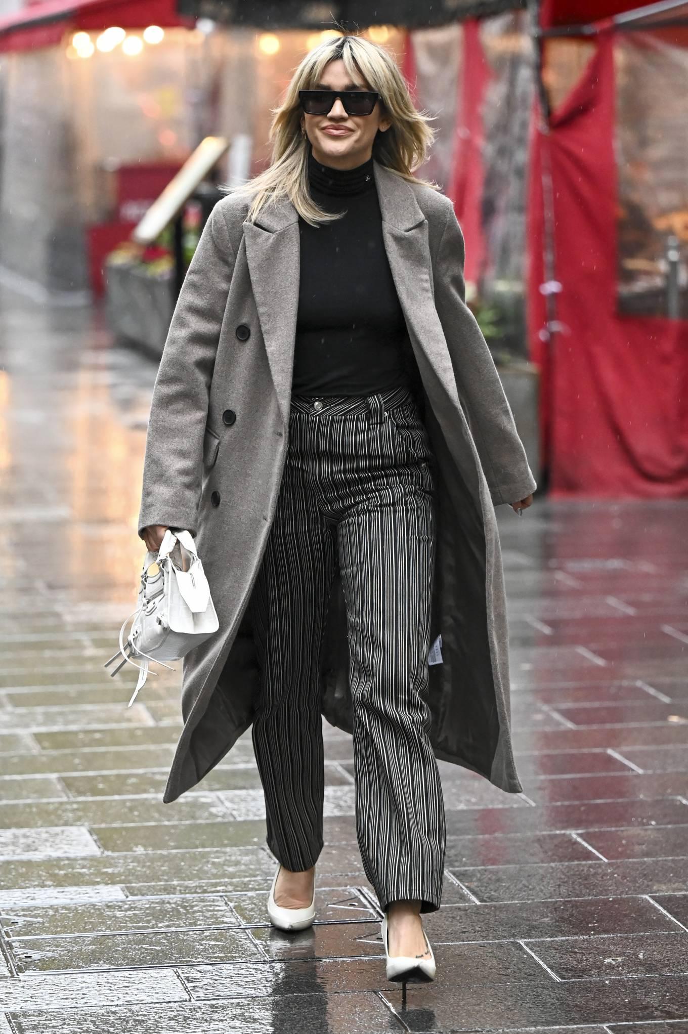 Ashley Roberts 2020 : Ashley Roberts – leaving Global Studios in London-01