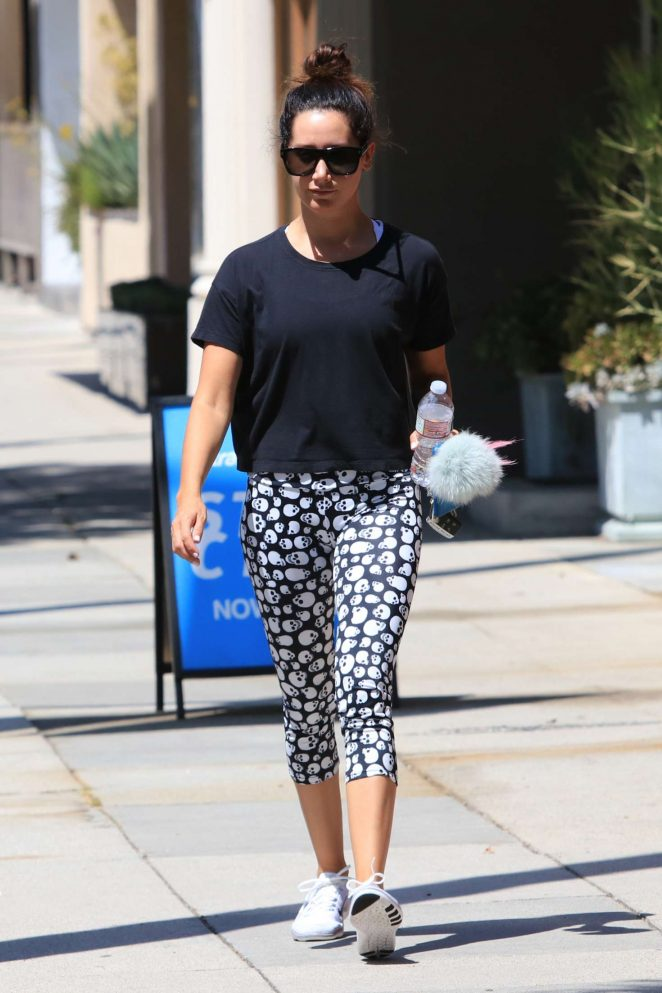Ashley Tisdale: Hits the gym wearing skull leggings -10