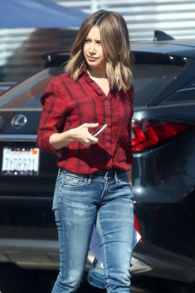 Ashley Tisdale – Visits a studio in Venice