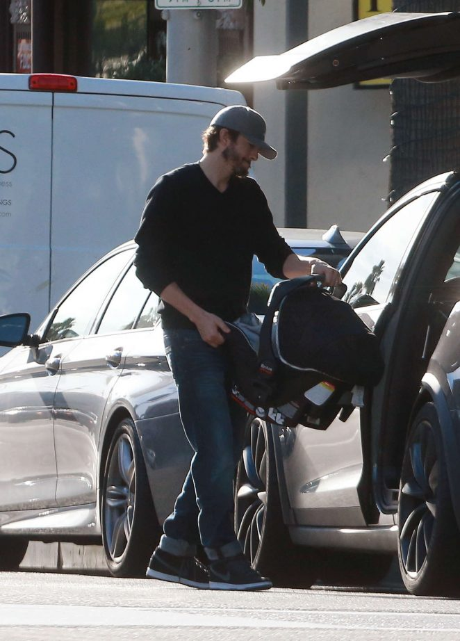 Ashton Kutcher & Mila Kunis Get With Their Children out in Los Angeles -15
