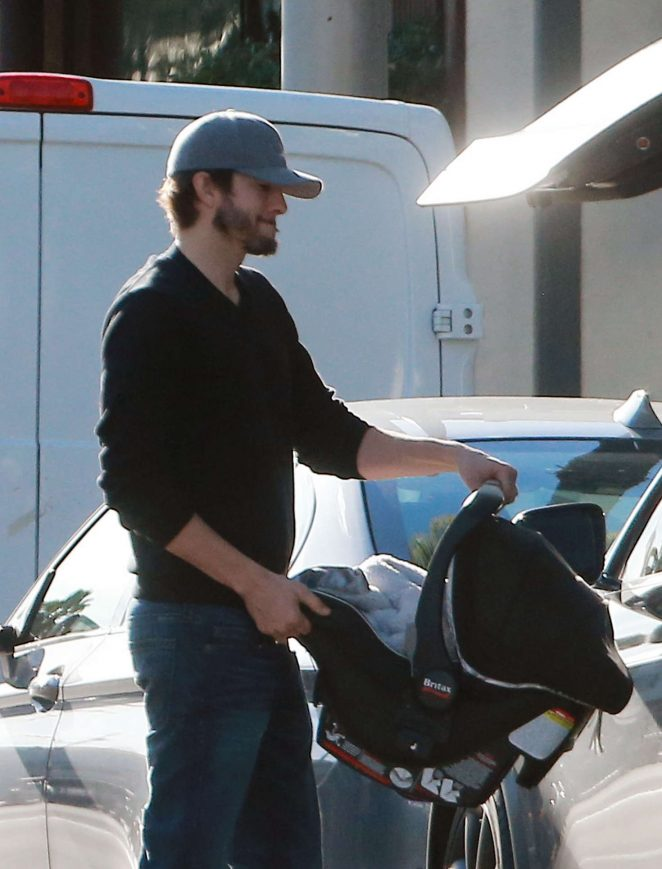 Ashton Kutcher & Mila Kunis Get With Their Children out in Los Angeles -16