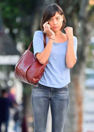 Aubrey Plaza in Tight Jeans out in Los Feliz