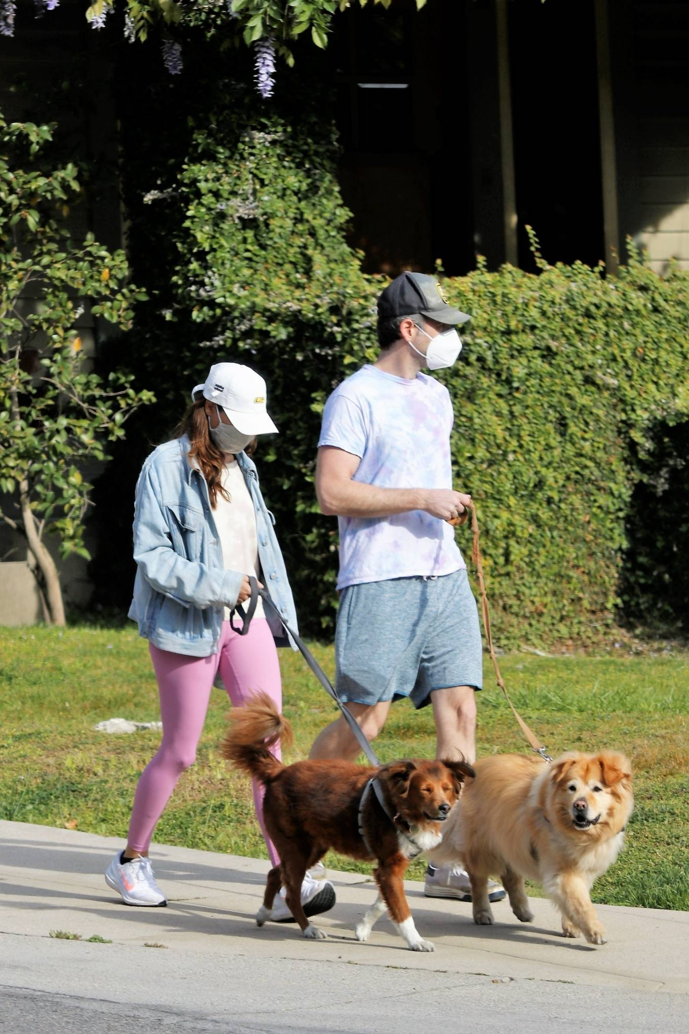 Aubrey Plaza - With Jeff Baena take their dogs out Los Feliz