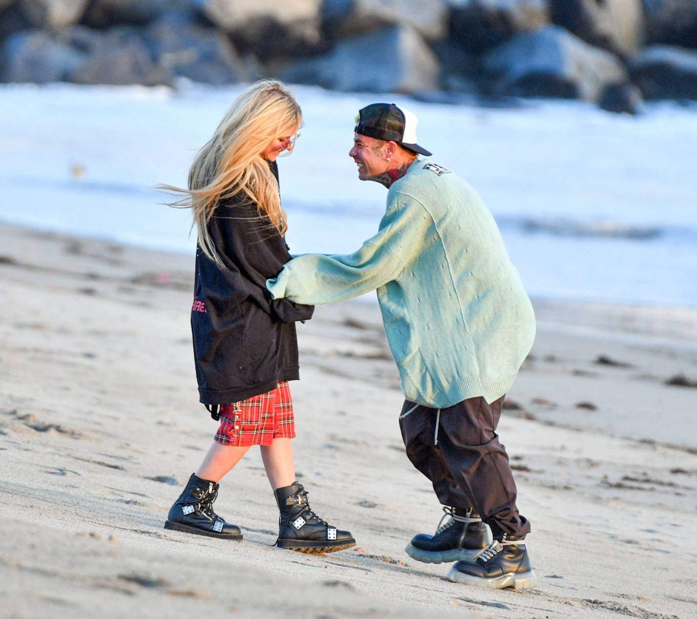 Avril Lavigne 2021 : Avril Lavigne – Celebrates Mod Suns 34th birthday on the beach in Santa Monica-01