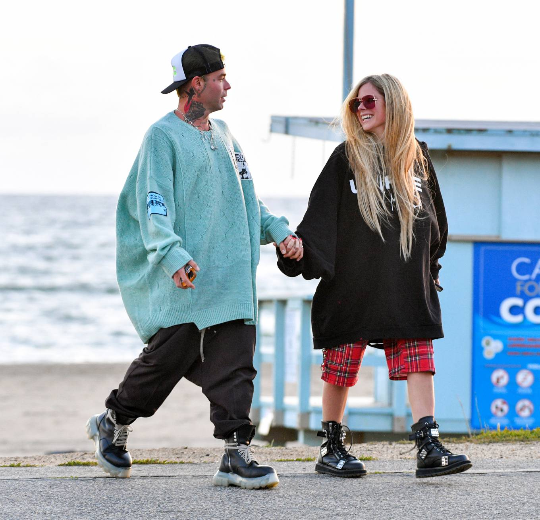 Avril Lavigne 2021 : Avril Lavigne – Celebrates Mod Suns 34th birthday on the beach in Santa Monica-03