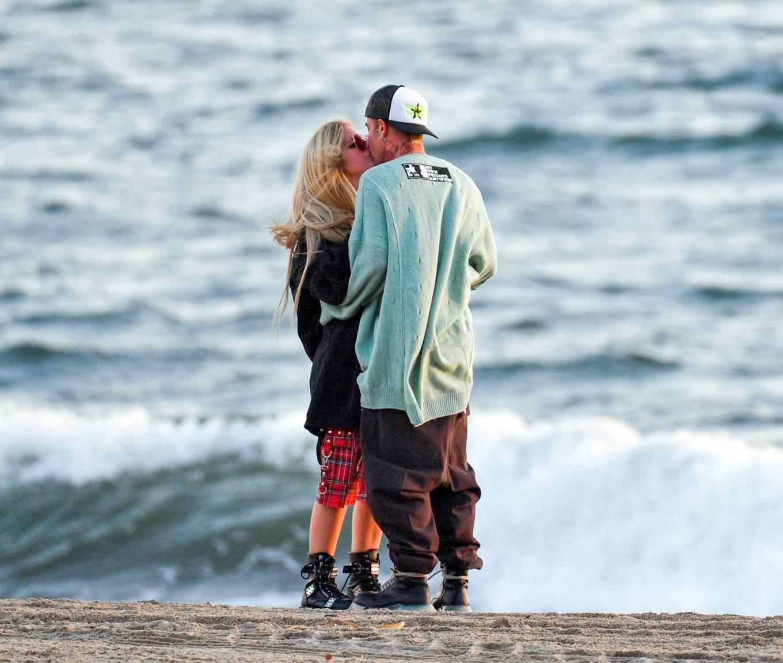 Avril Lavigne 2021 : Avril Lavigne – Celebrates Mod Suns 34th birthday on the beach in Santa Monica-04
