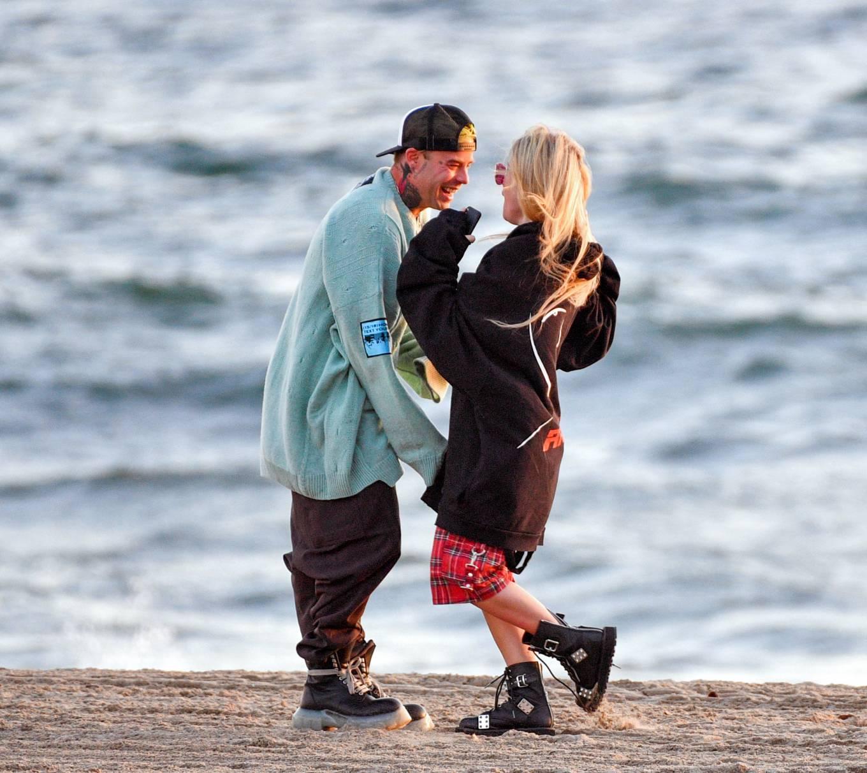 Avril Lavigne 2021 : Avril Lavigne – Celebrates Mod Suns 34th birthday on the beach in Santa Monica-05