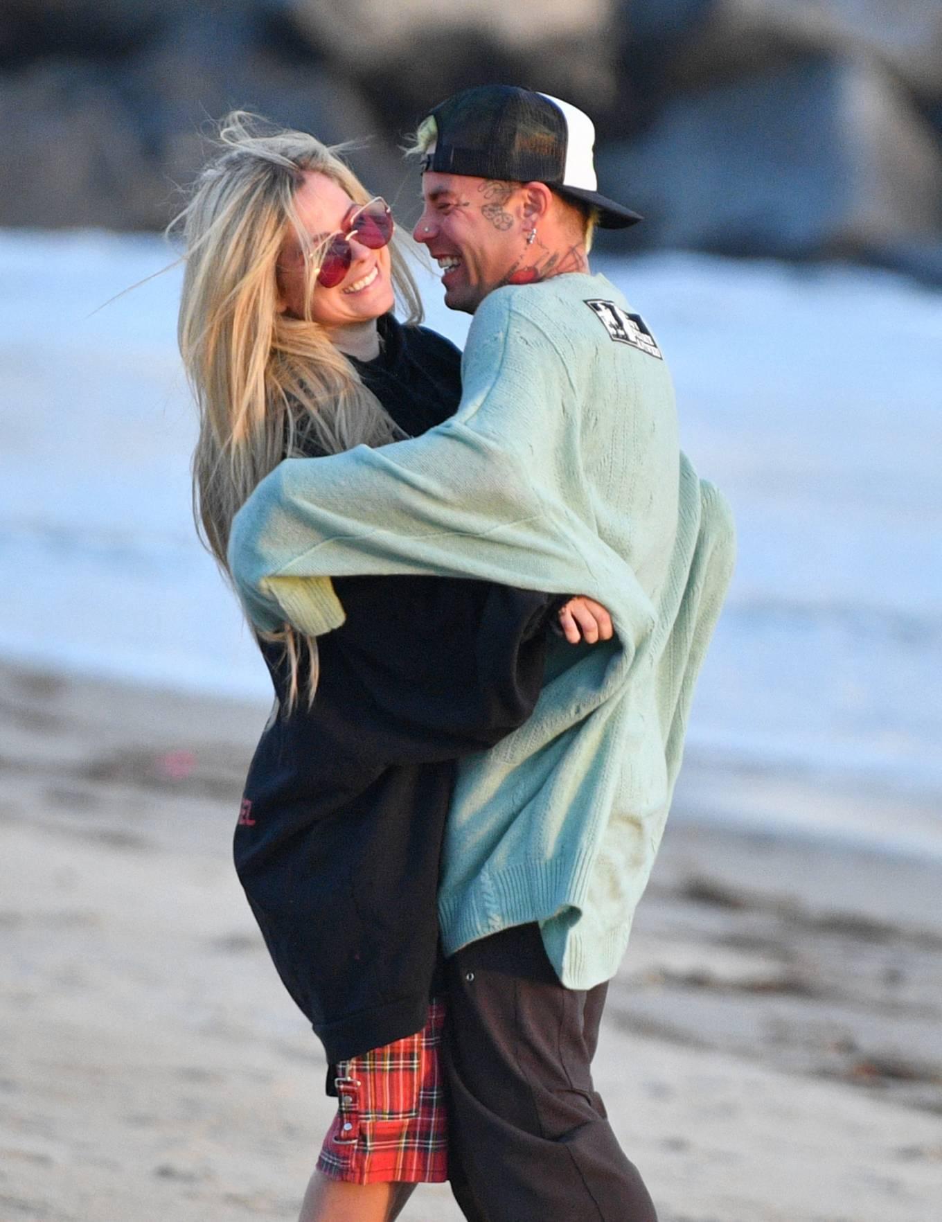 Avril Lavigne 2021 : Avril Lavigne – Celebrates Mod Suns 34th birthday on the beach in Santa Monica-06