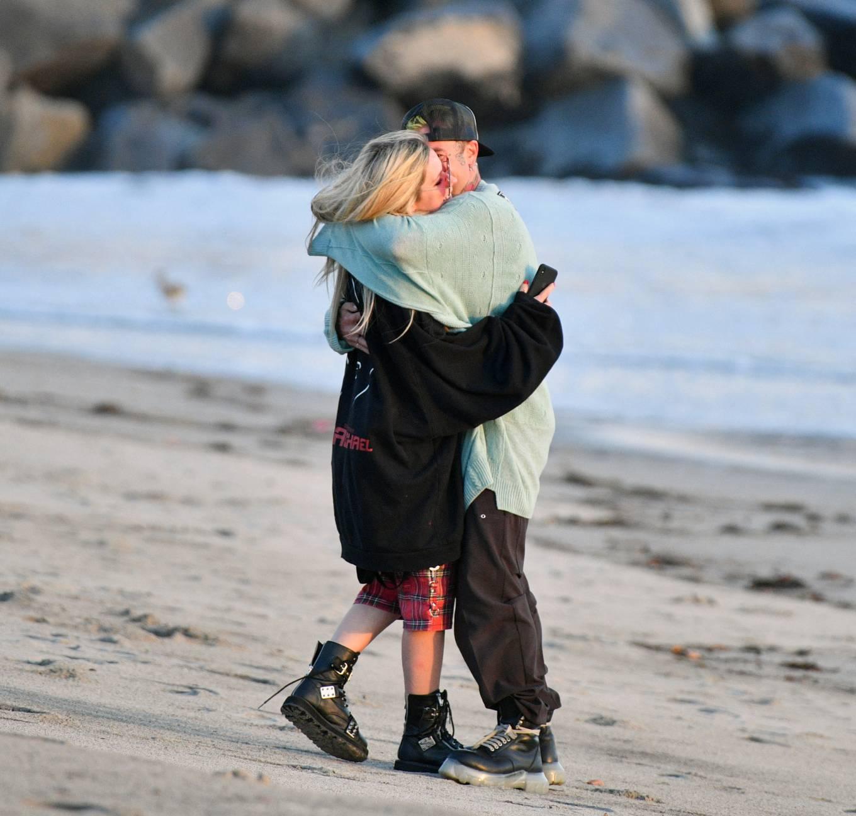 Avril Lavigne 2021 : Avril Lavigne – Celebrates Mod Suns 34th birthday on the beach in Santa Monica-10
