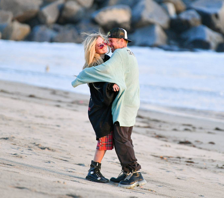 Avril Lavigne 2021 : Avril Lavigne – Celebrates Mod Suns 34th birthday on the beach in Santa Monica-12