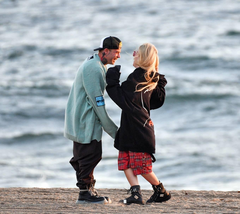 Avril Lavigne 2021 : Avril Lavigne – Celebrates Mod Suns 34th birthday on the beach in Santa Monica-13