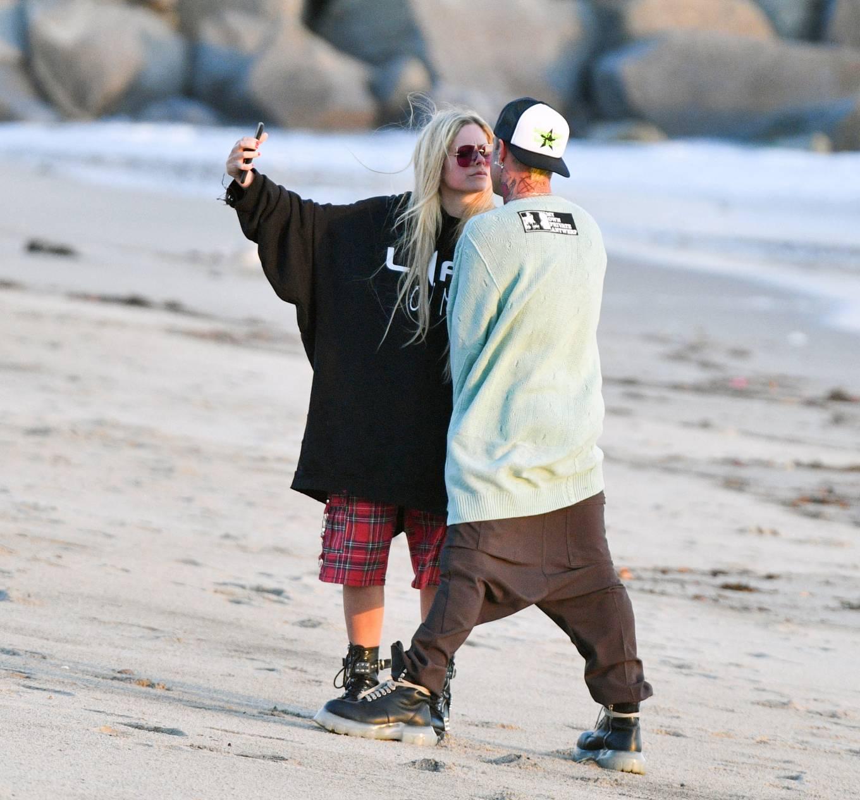 Avril Lavigne 2021 : Avril Lavigne – Celebrates Mod Suns 34th birthday on the beach in Santa Monica-14