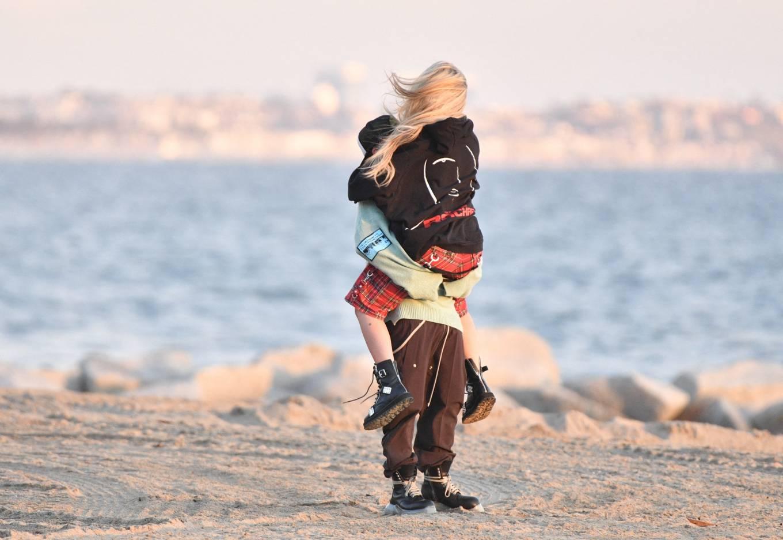Avril Lavigne 2021 : Avril Lavigne – Celebrates Mod Suns 34th birthday on the beach in Santa Monica-15