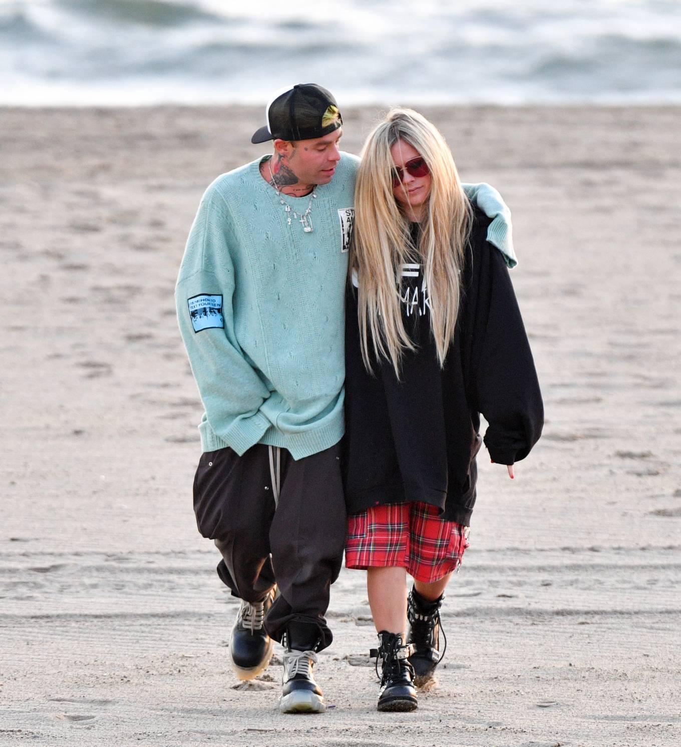 Avril Lavigne 2021 : Avril Lavigne – Celebrates Mod Suns 34th birthday on the beach in Santa Monica-16