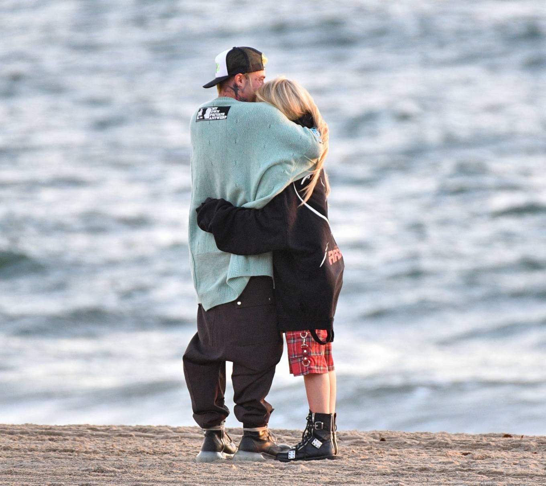 Avril Lavigne 2021 : Avril Lavigne – Celebrates Mod Suns 34th birthday on the beach in Santa Monica-17